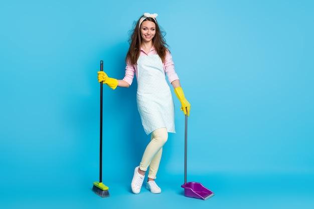 소녀 하녀 지저분한 머리 청소 바닥의 전체 길이 몸 크기보기