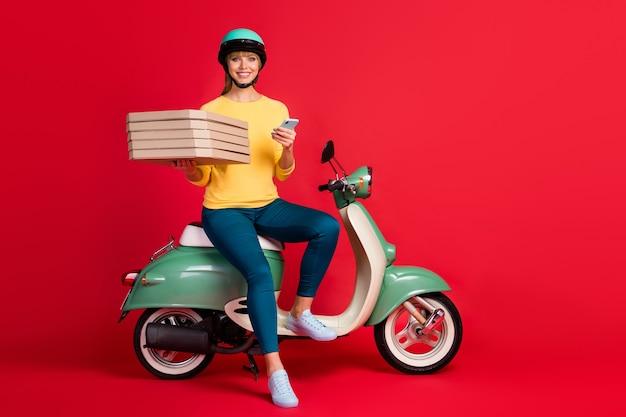 오토바이 보류 더미 피자 상자에 앉아있는 소녀의 전체 길이 몸 크기보기 전화 사용