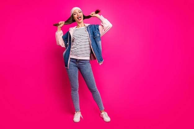 그녀의 전체 길이 몸 크기보기 그녀의 좋은 매력적인 쾌활한 쾌활한 소녀 재미 입고 스트리트 스타일 만들기 꼬리 헤어 스타일 밝고 생생한 광택 생생한 핑크 자홍색 색상 위에 절연
