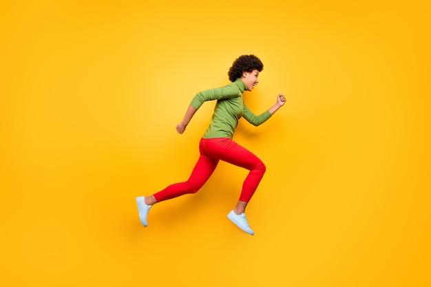 그녀의 전체 길이 몸 크기보기 그녀는 좋은 매력적인 쾌활한 쾌활한 물결 모양의 머리 소녀 점프 실행 재미 자유 시간.