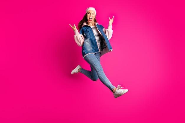 그녀의 전체 길이 몸 크기보기 그녀는 좋은 매력적인 사랑스러운 쾌활한 쾌활한 기쁨 소녀 점프 밝은 생생한 광택 생생한 핑크 자홍색 색상에 고립 된 경적 징후를 보여주는 재미 점프