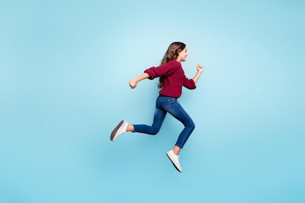 Вид ее в полный рост, она красивая привлекательная милая веселая девушка прыгает