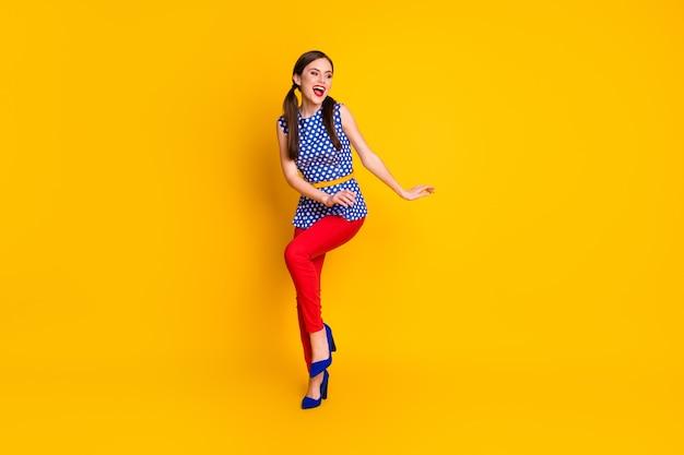 Полный размер тела вид ее она красивая привлекательная прекрасный классный элегантный шик стройная фигура веселая веселая беззаботная девушка танцует с удовольствием изолированный яркий яркий блеск яркий желтый цвет фона