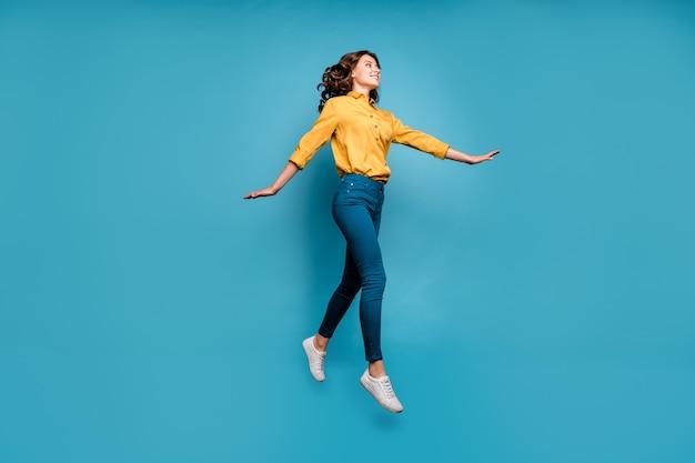 그녀의 전체 길이 몸 크기보기 그녀는 좋은 매력적인 사랑스러운 꽤 쾌활한 쾌활한 물결 모양의 머리 소녀 점프 산책.