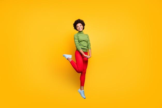 그녀의 전체 길이 몸 크기보기 그녀는 좋은 매력적인 사랑스럽고 귀여운 쾌활한 쾌활한 겸손한 물결 모양의 소녀 점프 재미.