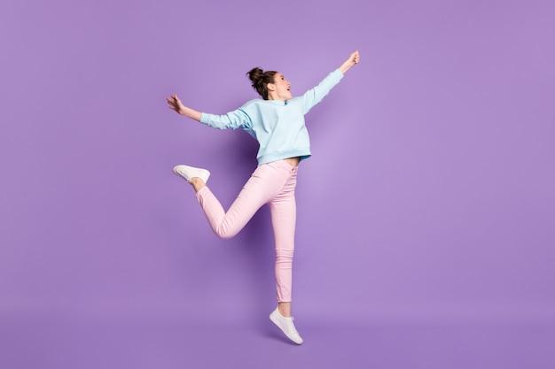 그녀의 전체 길이 몸 크기 보기 그녀는 보이지 않는 파라솔을 들고 점프하는 그녀의 멋진 매력적인 슬림 쾌활한 꿈꾸는 소녀가 재미 고립 된 바이올렛 보라색 라일락 밝고 생생한 생생한 색상 배경