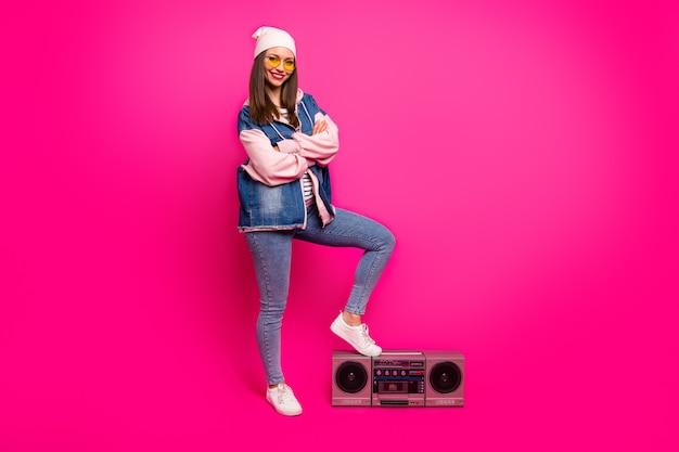 그녀의 전체 길이 몸 크기보기 그녀의 좋은 매력적인 매력적 인 시원하고 쾌활한 쾌활한 소녀가 붐 박스에 다리를 씌우고 즐거운 휴가를 보내고 밝고 선명한 빛을 발하는 생생한 핑크 자홍색 색상