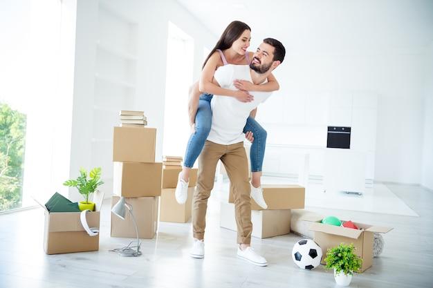 В полный рост вид его он ее она милая привлекательная веселая веселая женатая супруга парень с копилкой девушка покупка ссуды на аренду недвижимости в светло-белом интерьере дома в помещении