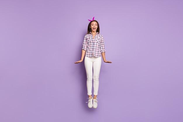 재미를 점프 사랑스러운 소녀 미친 여자의 전체 길이 몸 크기보기