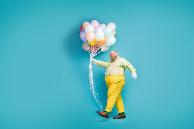 무리 공기 공을 제공하는 들고 걷는 남자의 전체 길이 몸 크기보기