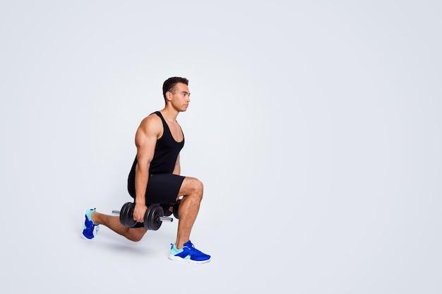 웨이트 빌딩 몸을 드는 운동을 하는 근육질의 낚시를 좋아하는 남자의 전체 길이 몸 크기 보기