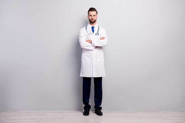 좋은 매력적인 차분한 평화로운 내용의 전체 길이 신체 크기보기 의사 정신과 의사 정신과 정신 치료 센터 지원 접힌 팔은 밝은 흰색 회색 파스텔 색상에 고립