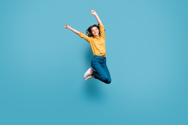 좋은 매력적인 부주의 평온한 쾌활한 쾌활한 물결 모양의 머리 소녀 상승 손을 점프의 전체 길이 몸 크기보기.