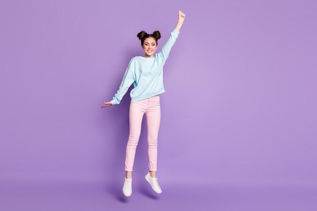 Вид в полный рост красивой привлекательной очаровательной довольно забавной стройной жизнерадостной девушки, прыгающей в подвешенную погоду, изолированную на фиолетово-лиловом ярком ярком ярком цветном фоне