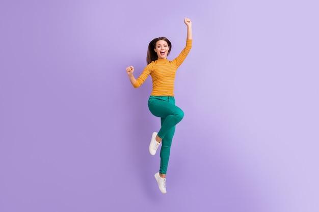 좋은 매력적인 사랑스러운 쾌활한 쾌활한 기쁜 흥분된 소녀 점프의 전체 길이 몸 크기보기 보라색 보라색 라일락 파스텔 색상에 고립 된 휴가 휴가 여행을 축하하는 재미