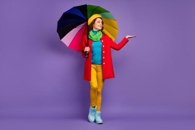 Вид в полный рост красивой привлекательной милой довольно очаровательной веселой волнистой девушки, держащей зонтик с копией пространства на пальмовой воде, изолированной на фиолетово-сиреневом фиолетовом пастельном цветном фоне