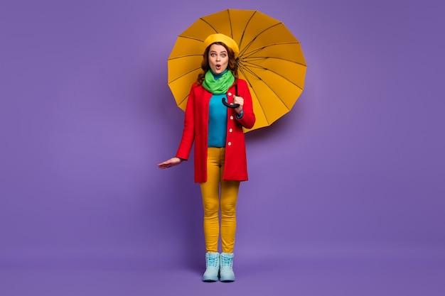 Вид в полный рост красивой привлекательной милой симпатичной модной веселой изумленной волнистой девушки с зонтиком надутой губой omg news, изолированной на фиолетово-сиреневом пурпурном пастельном цветном фоне