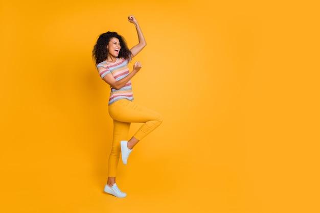 재미 스트라이프 티셔츠에 너무 기뻐 소녀의 전체 길이 몸 크기보기