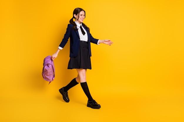 В полный рост вид довольно жизнерадостной школьницы-ботаника вернуться в школьную сумку для переноски Premium Фотографии