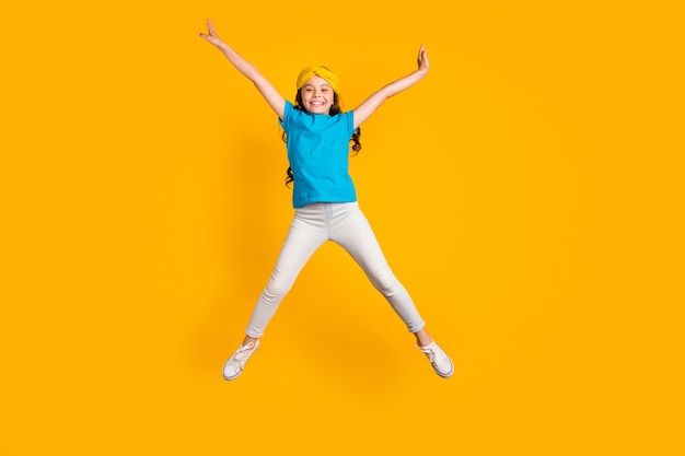 Сумасшедшая маленькая леди прыгает в полный рост, развлекается
