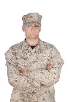 전체 길이의 전면 스튜디오 촬영 또는 위장 유니폼과 모자를 쓴 육군 군인, 어깨 너비에 다리와 흰색 배경에 고립 된 등 뒤에 손으로 퍼레이드 휴식 위치에 서