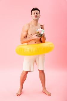 Immagine integrale di divertente uomo nudo in pantaloncini