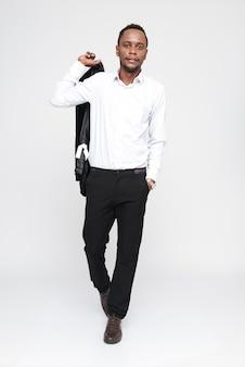 Полнометражное изображение крутого африканского человека в рубашке с рукой в кармане. изолированный белый фон