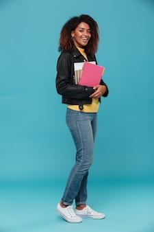 Immagine integrale della donna africana sorridente in giacca di pelle