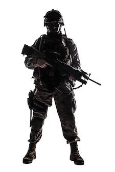 흰색 배경에 격리된 총신 수류탄 발사기가 있는 권총과 돌격 서비스 소총으로 무장한 위장복과 헬멧을 쓴 완전한 장비를 갖춘 육군 군인의 전체 길이, 낮은 키 스튜디오 촬영
