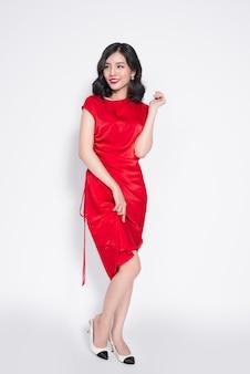 세련된 빨간 파티 드레스를 입은 놀라운 고급 아시아 여성의 전체 길이