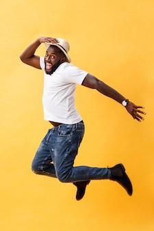 점프 잘 생긴 젊은 흑인 남자의 전체 길이