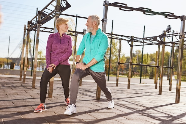 이른 아침에 함께 운동하는 운동복을 입은 노인 또는 성숙한 행복한 커플의 전체 길이