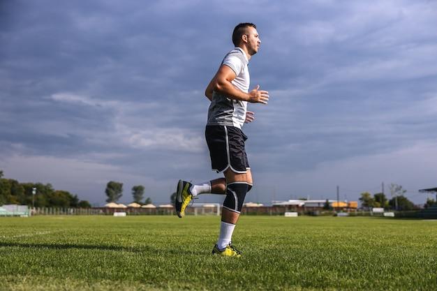 フィールドで実行されている形でのサッカー選手の全長。