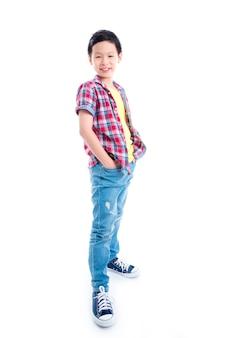 白い背景の上に立っている若いアジアの男の子の全身