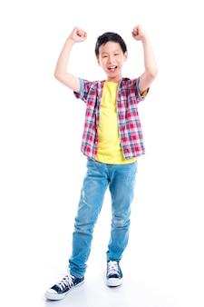 白い背景の上に若い幸せなアジアの男の子gの全長