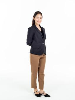 검은 양복과 갈색 바지 서 젊은 예쁜 아시아 비즈니스 여자의 전체 길이