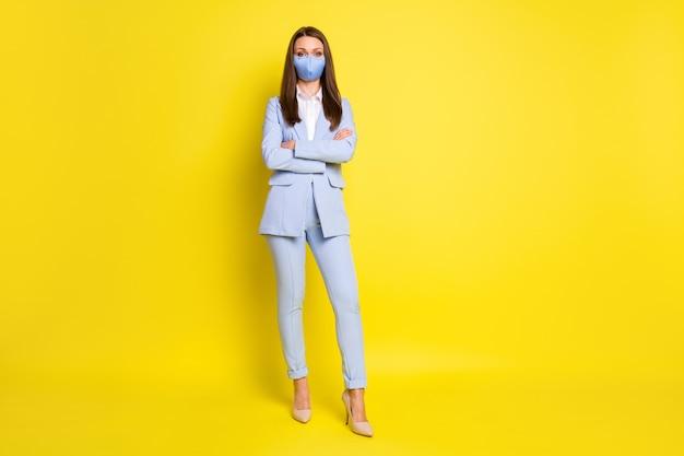 전체 길이의 사진 보스 은행가 투자자 소녀 교차 손 준비 작업 사무실 covid 감염 의료 안전 마스크 착용 파란색 재킷 바지 하이힐 격리 밝은 광택 색상 배경