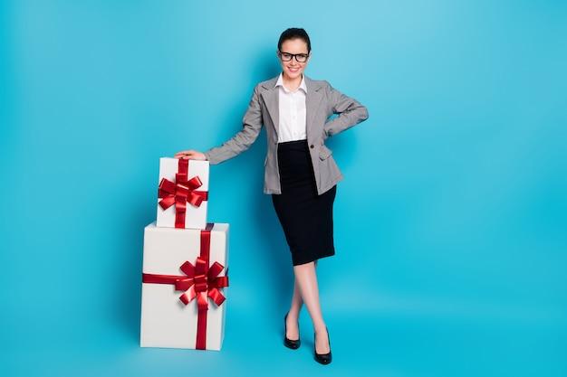 Полная длина фото босс девушка с кучей большой подарок носить черный серый пиджак, изолированный синий цвет фона