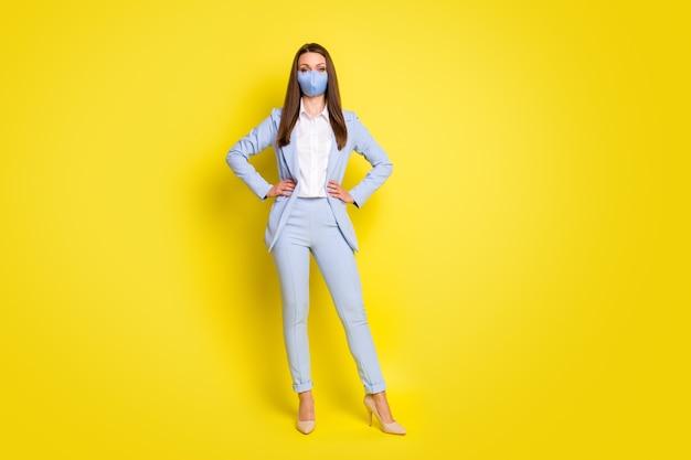 전체 길이 사진 보스 리더 소녀는 사무실 covid 검역소에서 호흡 마스크를 착용하는 것을 두려워하지 않습니다.