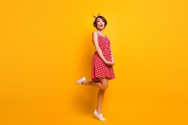 Полная фотография изумленной девушки, у которой есть весна, расслабиться, отдохнуть, отдохнуть, взглянуть на невероятную скидку, впечатлен крик, носить стильную одежду, обувь, изолированную на стене яркого цвета
