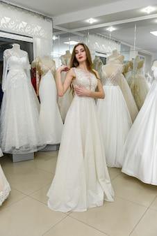 Фото невесты в полный рост в свадебном магазине