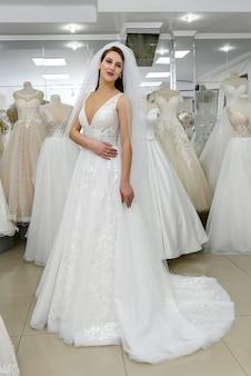 結婚式の店で花嫁の完全な長さの写真