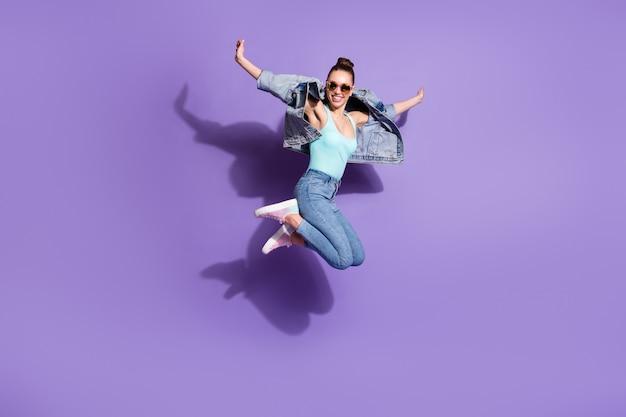 のんきな青年少女ジャンプの全身写真が週末を楽しむ