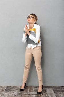 Полнометражное фото кавказской бизнес-леди в очках, держащей бумажные папки в офисе, изолированные
