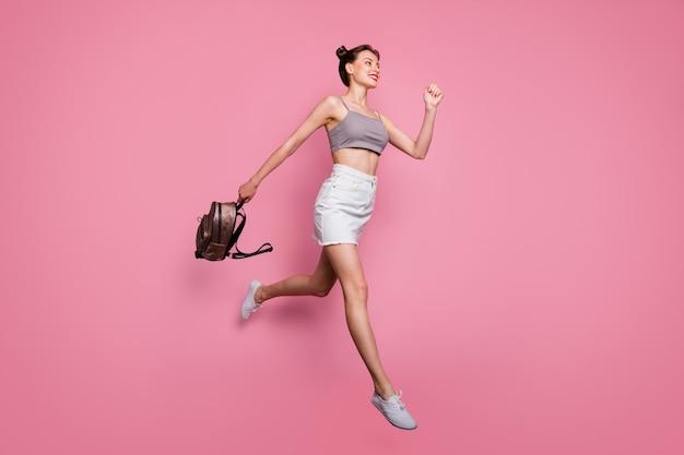 명랑 소녀 점프 홀드 배낭의 전체 길이 사진 봄 시간 할인 후 실행 핑크 색상 위에 절연 회색 캐주얼 스타일의 의류를 착용