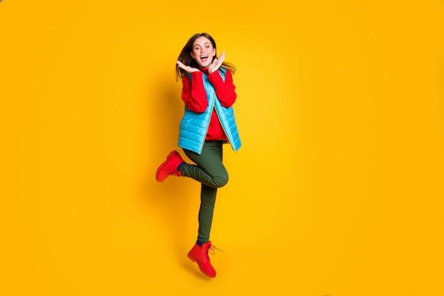 クレイジーな驚愕の女の子の完全な長さの写真は、明るい輝きの色の背景の上に分離された赤、緑、青のセーターの服を着て、ブラックフライデーの掘り出し物に感銘を受けました。