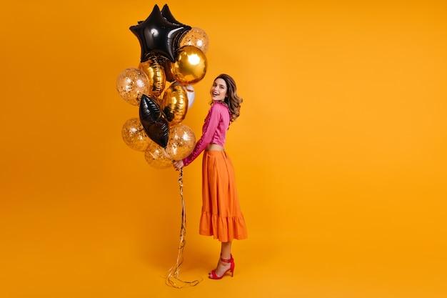 Полнометражное фото очаровательной женщины, наслаждающейся вечеринкой