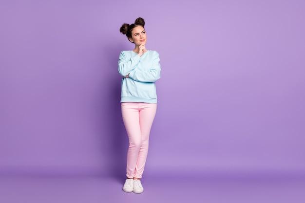 集中した心の若い女の子のフルレングスの写真コピースペースタッチ手あご将来についての考えを考えるスタイリッシュな流行の服スニーカー孤立した紫色の背景