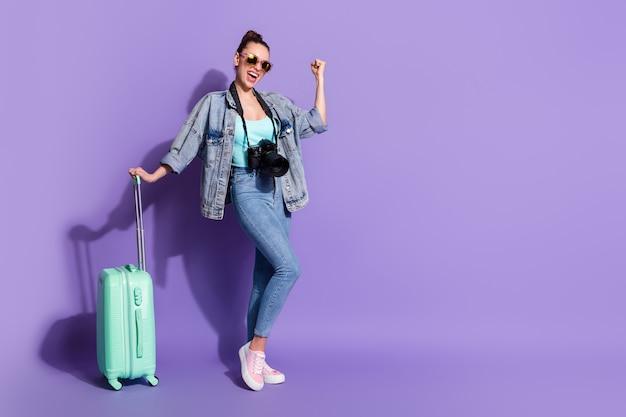 女の子旅行週末観光ホールドスーツケースウェアデニムジーンズジャケットシングレットの全身写真