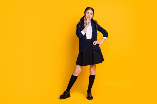 気にされた学生の女の子の完全な長さの写真は、手のあごを見てコピースペースに触れます